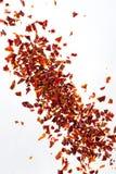 La pile écrasée a séché des flocons de poivron rouge, sur le fond blanc, vue supérieure image libre de droits