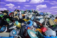La pile d'électronique utilisé et les articles de ménage gaspillent la Division cassés ou endommagent avec le ciel bleu et opacif photographie stock libre de droits