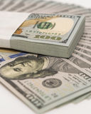 La pile d'argent en des dollars US encaissent des billets de banque Photo libre de droits