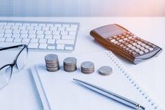La pile d'argent invente avec des finances de livre de comptes pour le fond B photographie stock libre de droits