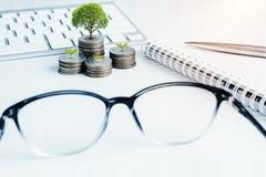 La pile d'argent invente avec des finances de livre de comptes pour le fond B image stock