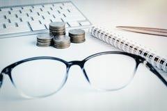 La pile d'argent invente avec des finances de livre de comptes pour le fond B images stock