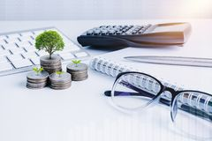 La pile d'argent invente avec des finances de livre de comptes pour le fond B photos stock