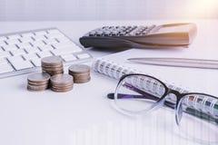 La pile d'argent invente avec des finances de livre de comptes pour le fond B photos libres de droits
