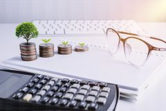 La pile d'argent invente avec des finances de livre de comptes pour le fond B photo stock