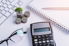 La pile d'argent invente avec des finances de livre de comptes pour le fond B image libre de droits