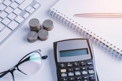 La pile d'argent invente avec des finances de livre de comptes pour le fond B photo libre de droits