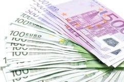 La pile d'euro d'argent affiche des billets de banque Euro devise de l'Europe Image libre de droits