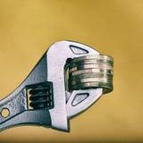 La pile d'euro pièces de monnaie est maintenue Le concept de la crise financière Photos stock
