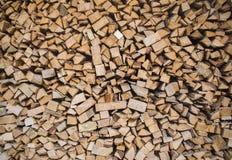 La pile de bois de chauffage a donné au fond une consistance rugueuse matériel de carburant photo libre de droits