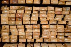 La pile de bois de charpente en bois de construction enregistre la mémoire images stock