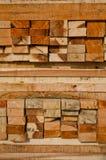 La pile de bois de charpente en bois de construction enregistre la mémoire photo stock