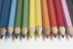 La pile de couleur crayonne sur le plan rapproché de table photos stock