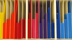 La pile de couleur multi a ridé l'ordre en plastique en tant que texture de fond de modèle de graphique Photo libre de droits