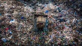 La pile de déchets en décharge ou décharge de déchets, des camions à ordures de vue aérienne déchargent des déchets à une décharg images libres de droits