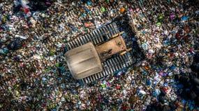 La pile de déchets en décharge ou décharge de déchets, des camions à ordures de vue aérienne déchargent des déchets à une décharg photographie stock