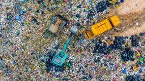 La pile de déchets en décharge ou décharge de déchets, des camions à ordures de vue aérienne déchargent des déchets à une décharg photographie stock libre de droits