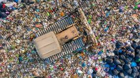 La pile de déchets en décharge ou décharge de déchets, des camions à ordures de vue aérienne déchargent des déchets à une décharg photos libres de droits