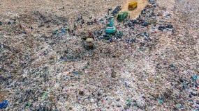 La pile de déchets en décharge ou décharge de déchets, des camions à ordures de vue aérienne déchargent des déchets à une décharg images stock