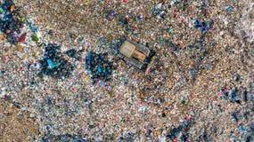 La pile de déchets en décharge ou décharge de déchets, des camions à ordures de vue aérienne déchargent des déchets à une décharg photo stock