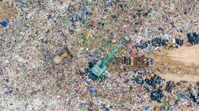 La pile de déchets en décharge ou décharge de déchets, des camions à ordures de vue aérienne déchargent des déchets à une décharg photo libre de droits