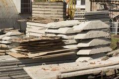 La pile de dalles en béton et les feuillards sur la construction se reposent photos libres de droits