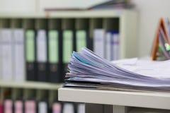 La pile de documents et le dossier travaillent à la table blanche photos stock