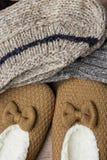 La pile de fait main chauffent les chaussettes tricotées de la vue supérieure de laine de fil de pantoufles pelucheuses rugueuses Photos libres de droits