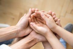 La pile de famille tient leurs mains, au-dessus de vue image libre de droits