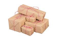 La pile de handcraft des boîte-cadeau sur le fond blanc photographie stock libre de droits