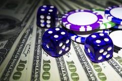 La pile de jetons de poker avec les matrices bleues roule sur des billets d'un dollar, argent Table de tisonnier au casino Concep image libre de droits