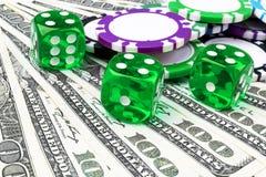 La pile de jetons de poker avec les matrices vertes roule sur des billets d'un dollar, argent Table de tisonnier au casino Concep image stock