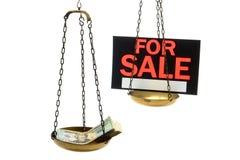 La pile de l'argent comptant et en vente se connectent une échelle d'isolement Image stock