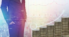 La pile de l'argent invente grandir avec la position d'homme d'affaires futé, le compte et le fond de finances, concept dans le s photographie stock libre de droits