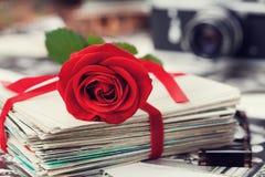 La pile de la carte postale et de la photographie attachées avec le ruban de velours et s'est levée Photo stock