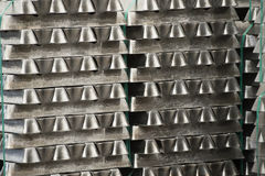 La pile de lingots en aluminium crus en aluminium profile l'usine images libres de droits