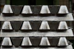 La pile de lingots en aluminium crus en aluminium profile l'usine Photos stock