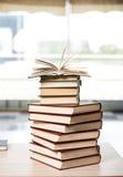 La pile de livres a arrangé le bureau Image libre de droits