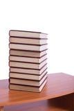 La pile de livres a arrangé le bureau Photographie stock libre de droits