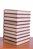 La pile de livres a arrangé le bureau Photos libres de droits
