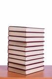 La pile de livres a arrangé le bureau Photo stock