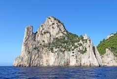 La pile de mer (faraglione) Stella outre de la côte de Capri, Italie Image stock