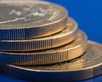 La pile de pièces de monnaie est d'un euro encaissez l'euro corde de note d'argent de l'orientation cent des euro cinq Fond foncé Photographie stock