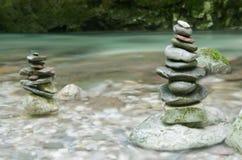 La pile de pierres s'approchent du courant de l'eau en vallée de Soca, Slovénie Image stock