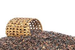 La pile de plan rapproché du riz noir a appelé le riz riceberry avec la vannerie en bois, riz avec de hauts éléments nutritifs d' Photographie stock libre de droits