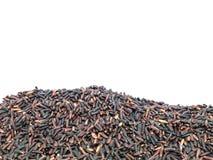 La pile de plan rapproché du riz noir a appelé le riz riceberry, riz avec de hauts éléments nutritifs d'isolement sur le fond bla Photos libres de droits