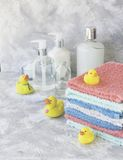 La pile de serviettes avec le bain en caoutchouc jaune se penche sur le fond de marbre blanc, l'espace pour le texte, foyer sélec Photos stock