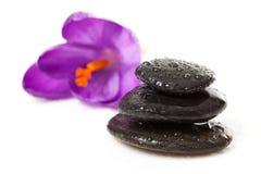 La pile de trois cailloux noirs avec de l'eau relâche photos stock