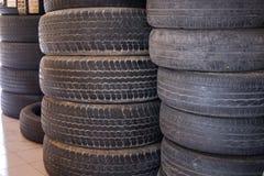 la pile de la voiture roulent dedans le garage pneu de véhicule dans le service des réparations automatique Photos stock