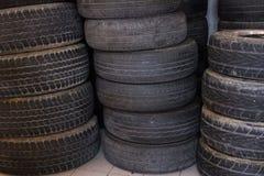 la pile de la voiture roulent dedans le garage pneu de véhicule dans le service des réparations automatique Images stock
